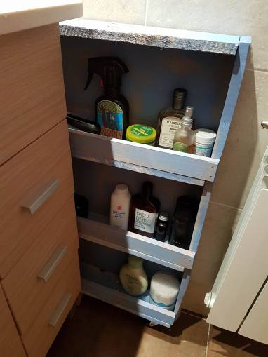 Voila, some extra and quick access storage for the bathroom.